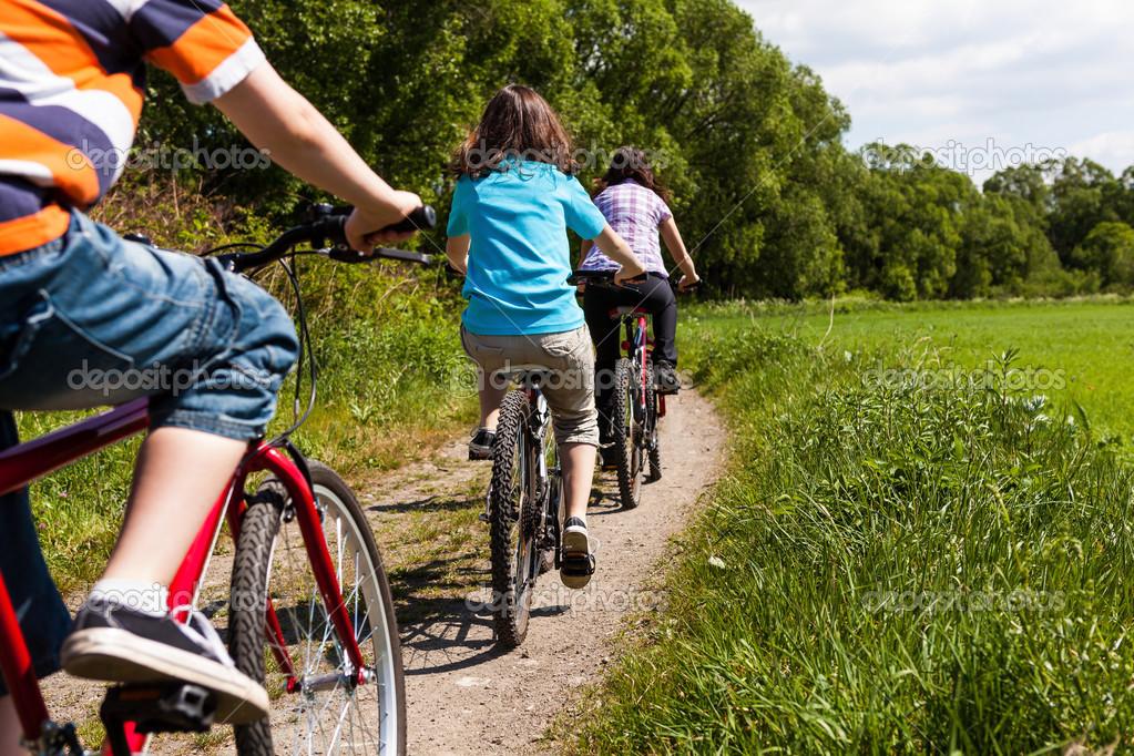 depositphotos_13753126-Family-biking